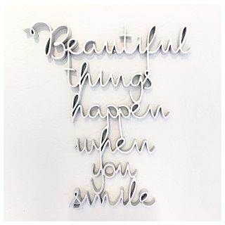 Schriftzug BEAUTIFUL THINGS HAPPEN WHEN YOU SMILE